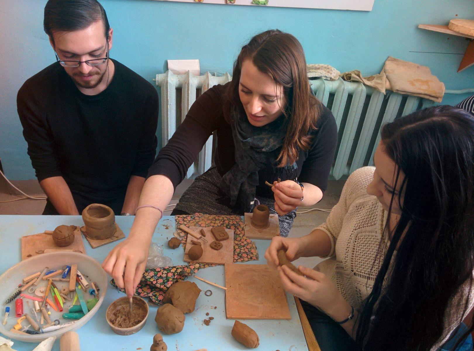 Иностранные студенты ВГУЭС освоили навыки гончарного искусства