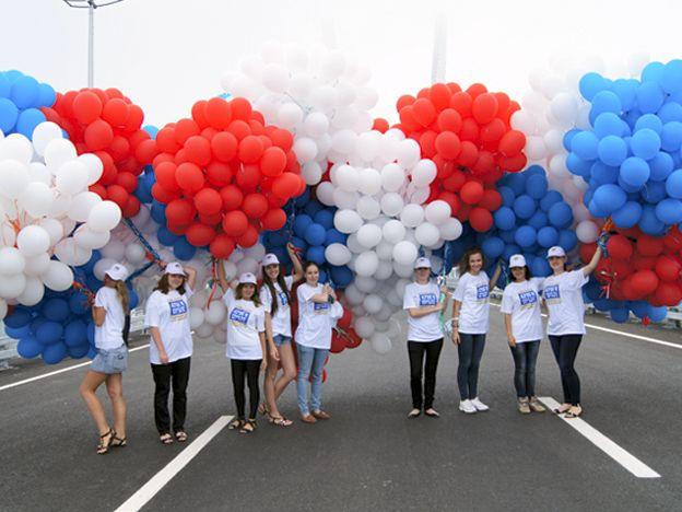 Волонтеры ВГУЭС на торжественной церемонии открытия моста через бухту Золотой Рог