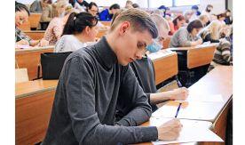 Акция «Тотальный диктант» состоялась во ВГУЭС: жители Владивостока написали текст «Море» Дмитрия Глуховского