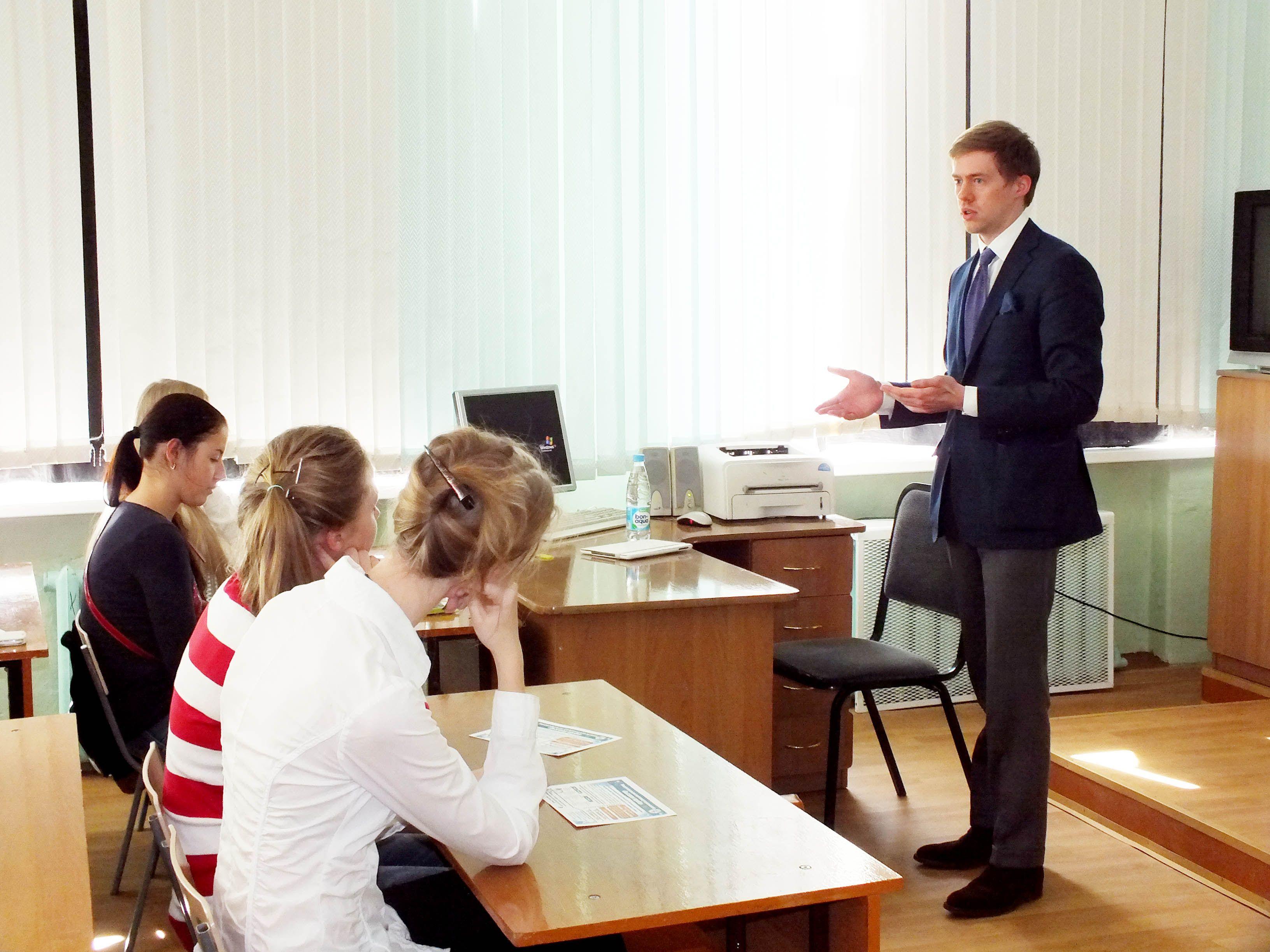 Сотрудники ВГУЭС совместно с преподавателями НИУ ВШЭ провели выездной семинар для школьников и педагогов города Арсеньева