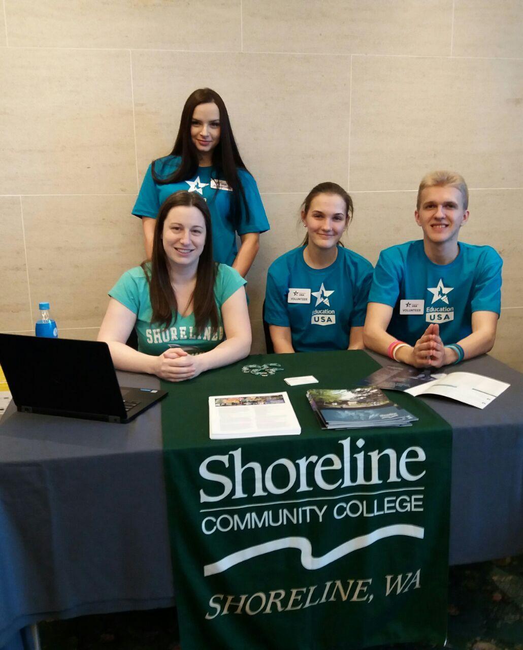 Студенты-переводчики ВГУЭС работали на общеобразовательной выставке Американских университетов