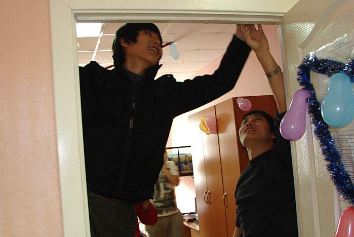 Студенты из Поднебесной украсили свои комнаты по русскому обычаю