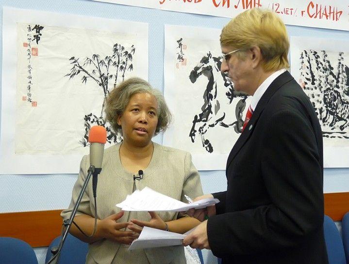 Генеральный консул США во Владивостоке Сильвия Рид Курран стала гостьей Школы-интерната ВГУЭС для одаренных детей